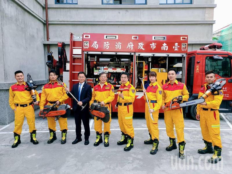 台南市消防局今天發表明年月曆,市長黃偉哲(左五)還穿上特搜人員服裝,和月曆中等消防人員合影。記者黃宣翰/攝影