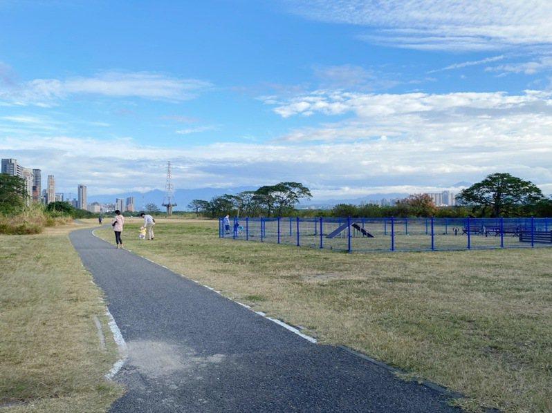 新竹縣竹北市頭前溪北岸高灘地目前設有寵物公園、足球場及自行車道等,是民眾戶外休憩的好去處。記者陳斯穎/攝影