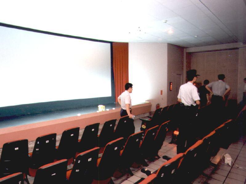 林培全在電影院遭槍擊後,警方到現場蒐證。圖/聯合報系資料照片