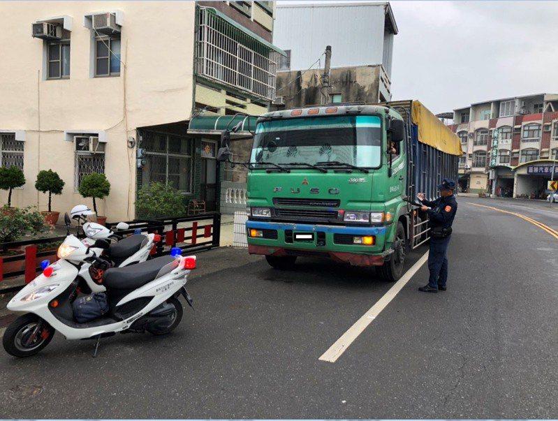 台南下營市區全天禁行20噸以上大貨聯結車,警方宣示加強取締。圖/麻豆分局提供