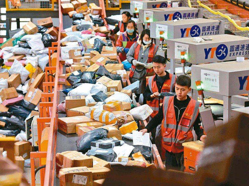 今年雙十一購物節開打,大陸快遞物流出現繁忙景象。新華社