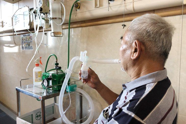 間歇性陽壓呼吸器合併藥物吸入治療。圖/台中慈濟醫院提供
