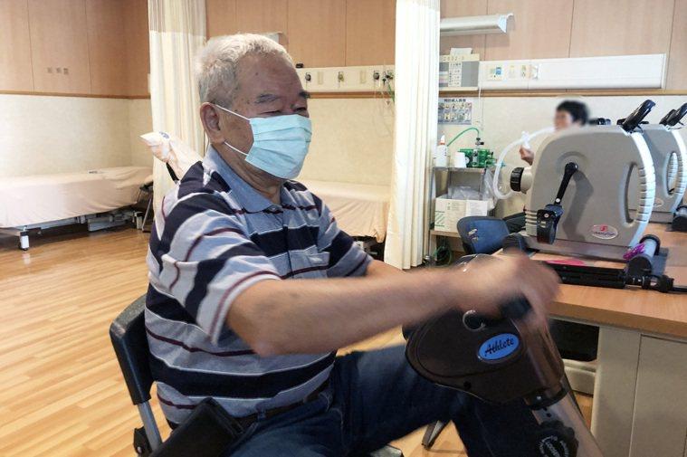 訓練病人上、下肢耐力運動。圖/台中慈濟醫院提供