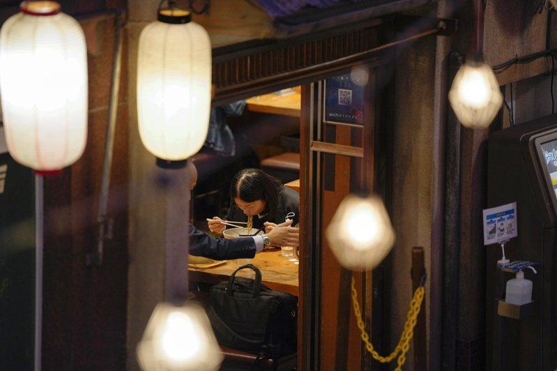 東京小型拉麵店在疫情下面臨漲價或關門的抉擇。此為示意圖,非文中的九湯屋。歐新社