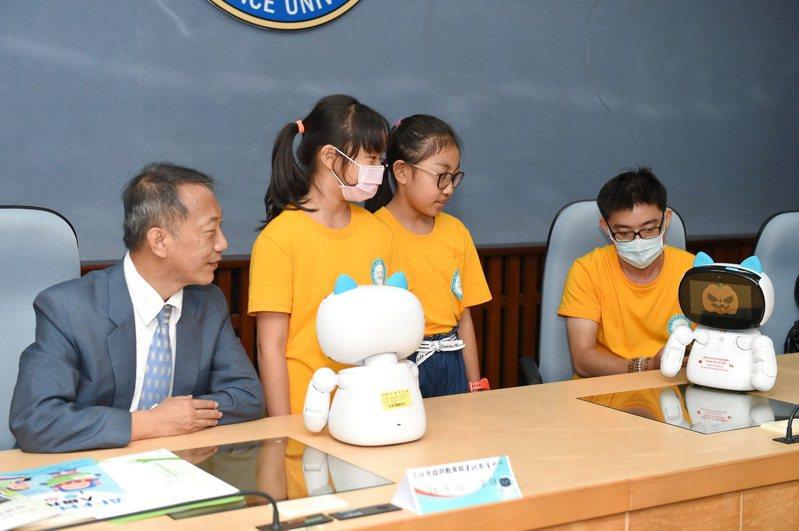 台南仁德國小及高雄東光國小學生,到靜宜大學分享雙語學習機器人學習成果。圖/靜宜大學提供