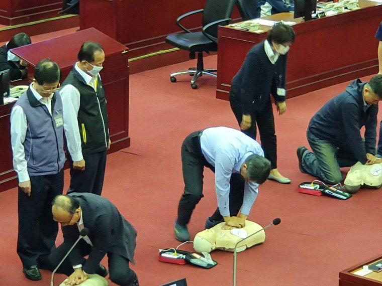 台北市議員應曉薇下午總質詢時,請柯文哲和其他局處長親自使用操作AED。記者楊正海...