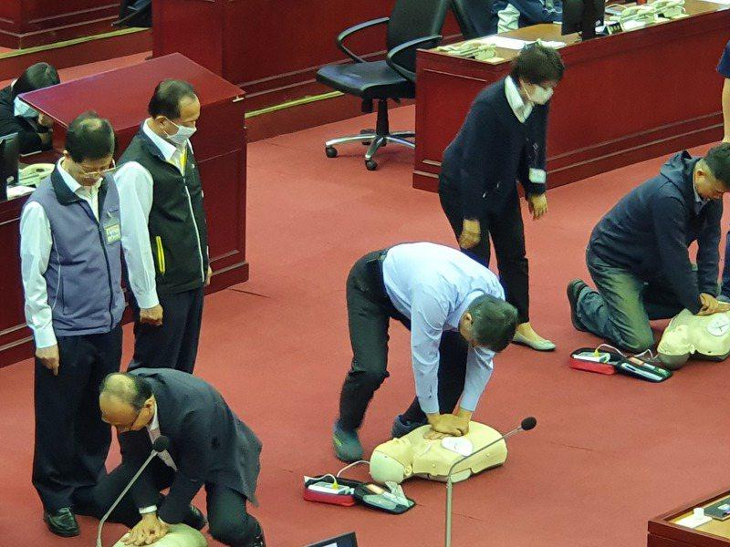 台北市議員應曉薇下午總質詢時,請柯文哲和其他局處長親自使用操作AED。記者楊正海/攝影