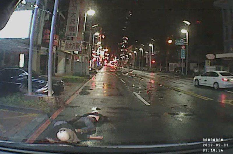 2012年2月間,新竹市區發生一起機車自撞路燈的死亡車禍,造成一死一傷,路口監視器的畫面模糊不清,但救護車的行車記錄器拍下死者安全帽的花紋。圖/讀者提供