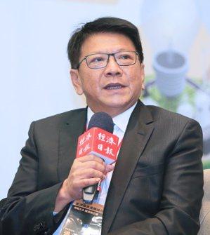 經濟日報昨天舉行「綠能2.0 經濟新引擎」能源願景高峰論壇,屏東縣長潘孟安出席「...