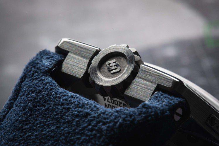 刻意將表冠設置於12點鐘方向,UR-100 V Iron腕表仍能從鈦金屬表殼的精...