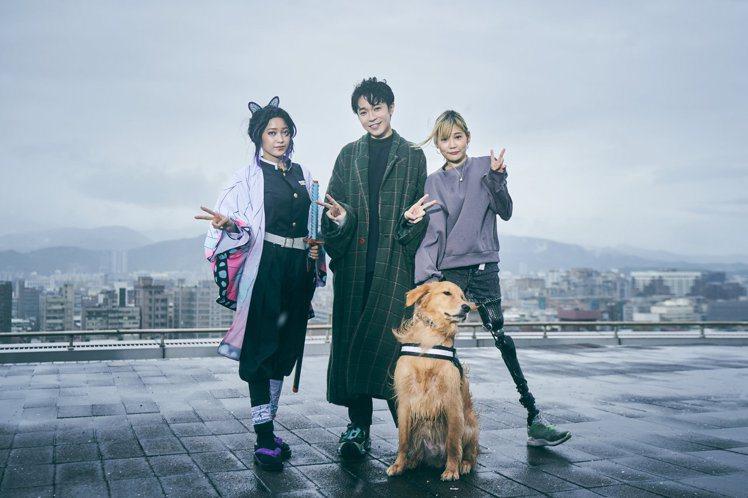 吳青峰(中)跟Coser楊哲(左)、「鋼鐵女孩」稅尹合作。圖/環球音樂提供