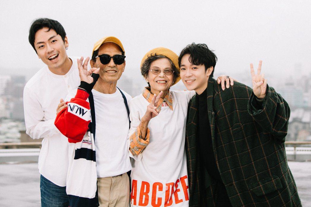 吳青峰(右起)與「萬秀洗衣店」家族成員秀娥阿嬤、萬吉阿公、金孫瑞夫合作。圖/環球
