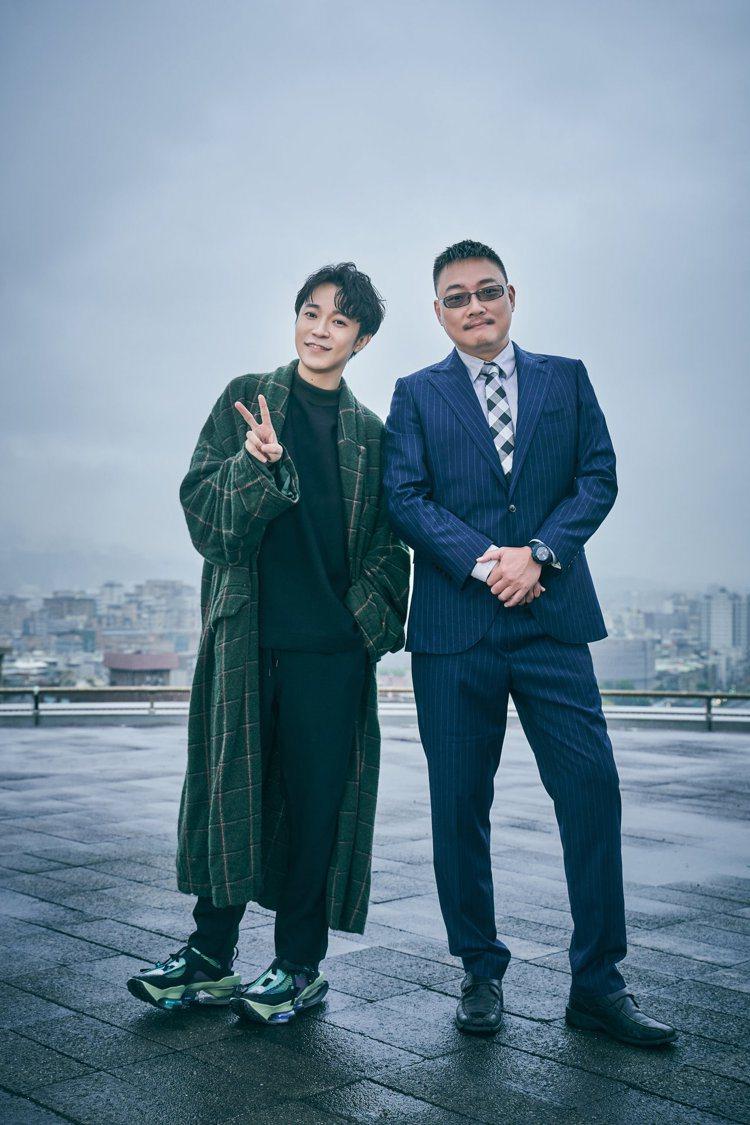 吳青峰(左)與徵婚中的三金司儀德仔合作。圖/環球音樂提供