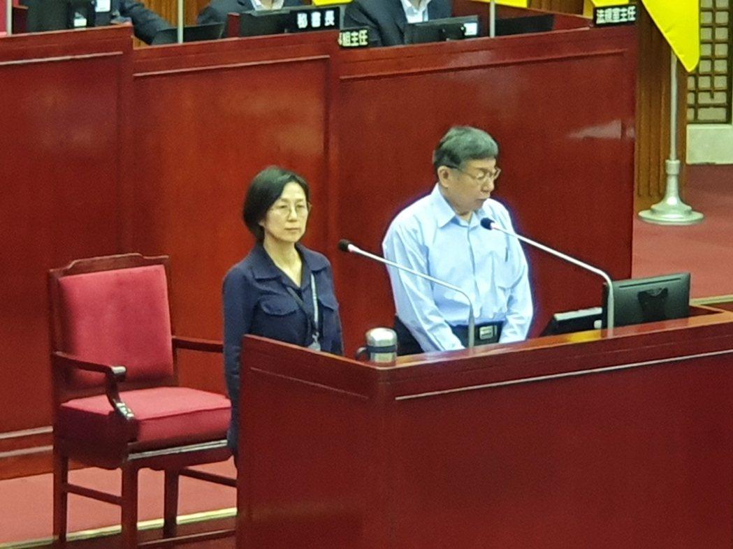 北流董事長黃韻玲(左)下午至市議會總質詢。記者楊正海/攝影