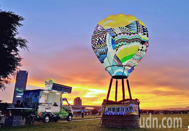 臺東縣府交觀處將臺東最夯的熱氣球以及著名的鐵花村,統統搬到了高雄的美麗島光之穹頂捷運站展覽,民眾可以透過「熱氣球外送VR胖卡」身歷其境的體驗臺東熱氣球嘉年華路線。圖/台東縣府提供