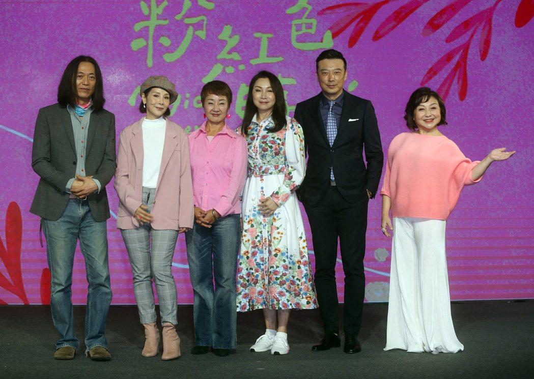 鄭怡(右起)、林煒、張瓊姿、鮑正芳、林秀君、單承矩出席「粉紅色時光」首映會。記者...