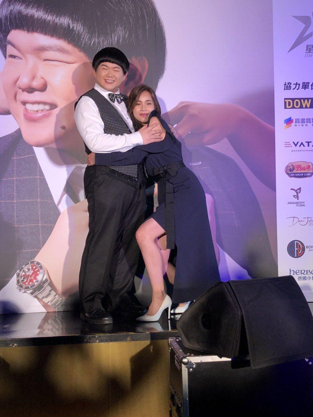 小胖(左)出道10年將首開個唱,好友林芯儀站台抱抱。記者王郁惠/攝影