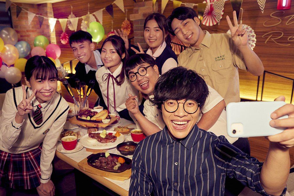 盧廣仲(右前)以七位數價碼代言連鎖餐飲。圖/西堤牛排提供