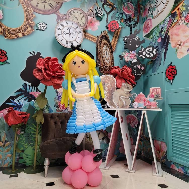 板橋中山店迎接周年慶購物人潮,特別打造拍照打卡區。圖/遠百提供