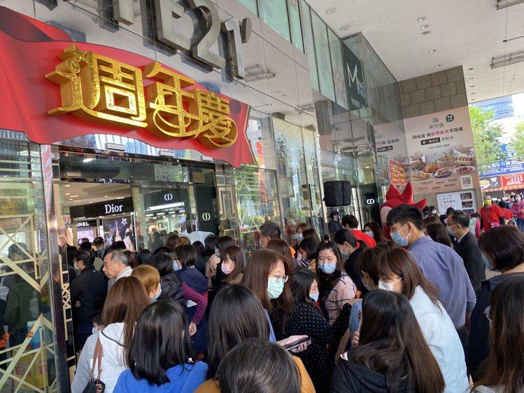遠百體系壓軸周年慶板橋中山店今起開跑,首日人氣同樣熱絡。圖/遠百提供