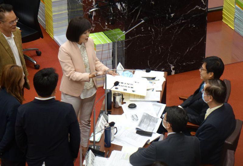 高雄市議員陳若翠(中)要市長陳其邁(右)簽署「零舉債」承諾書,陳其邁未簽署。記者楊濡嘉/攝影