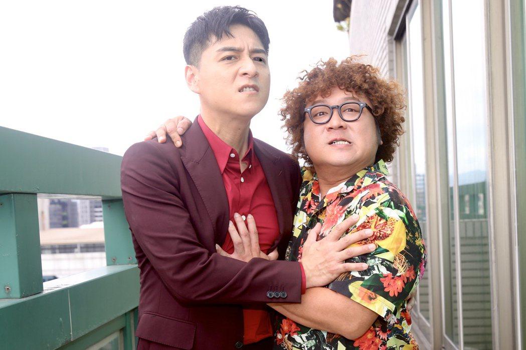 鄭人碩(左)、納豆(右)在「同學麥娜絲」培養絕妙默契及好感情。記者林俊良攝