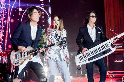 F.I.R.繼去年與日本的大無限樂團(Do As Infinity)為「我是大神仙」動畫影集合唱宣傳主題曲「Forever Young」,隨著11月影集正式在大陸騰訊視頻推出,F.I.R.也同步公開...