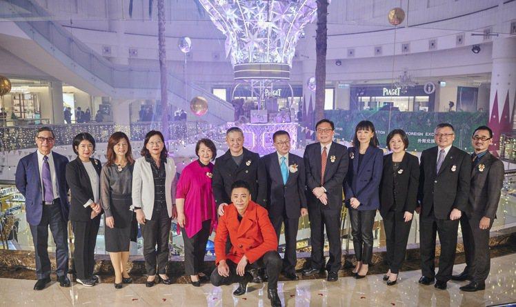 微風集團董事長廖鎮漢、圓夢大使「信」與嘉賓們共同啟動耶誕點燈。圖/微風提供