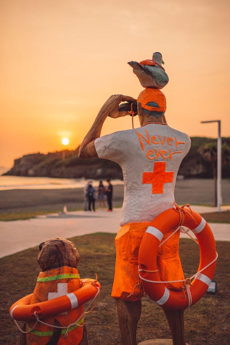 高雄旗津海岸藝術道上的「海岸的守護者」木雕作品。圖/高雄市觀光局提供