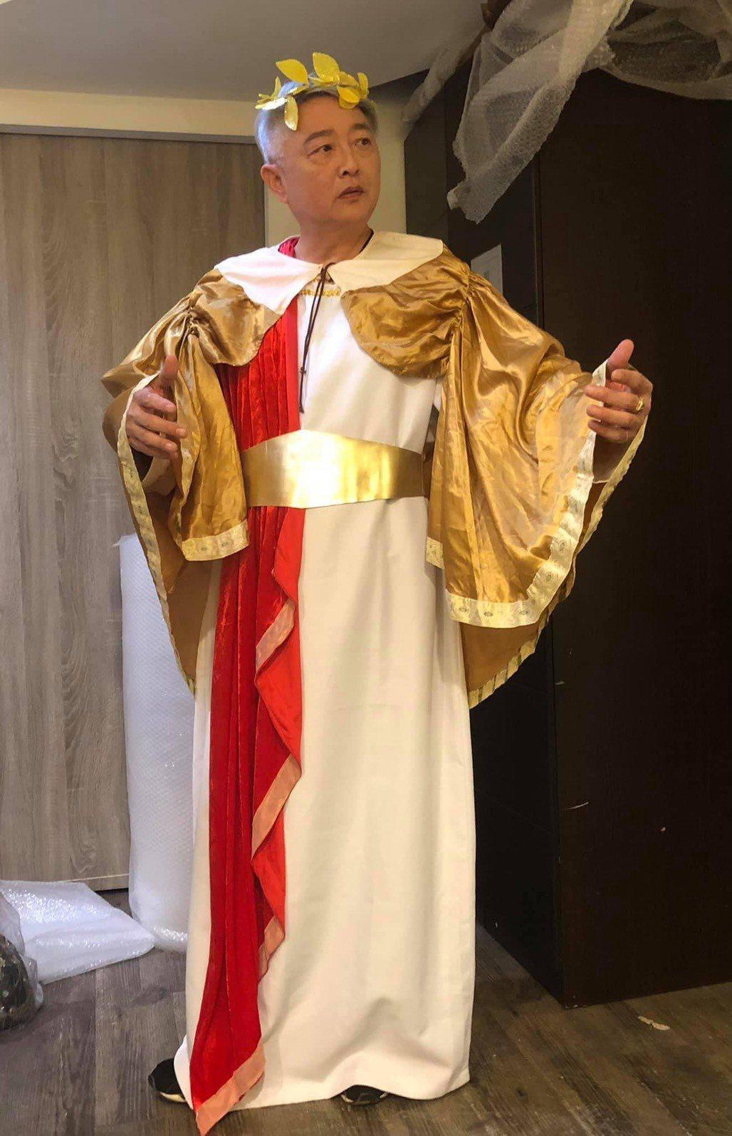 李國超為舞台劇「童話秀逗秀」定裝。圖/摘自臉書