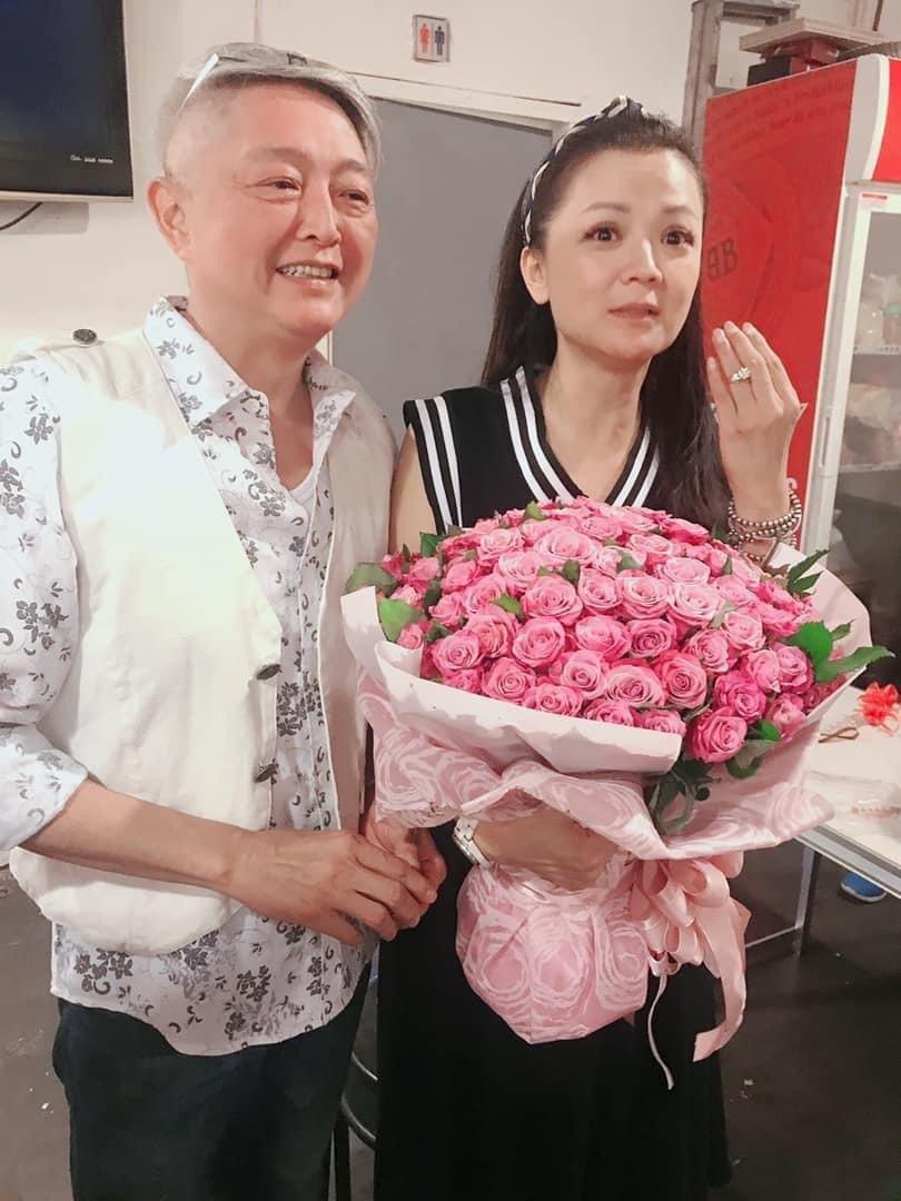李國超(左)去年交往18年的高欣欣求婚。圖/摘自臉書
