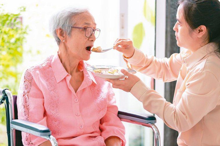 拿掉鼻胃管,慢慢餵食、觸動食欲,可提升生活品質。圖╱123RF