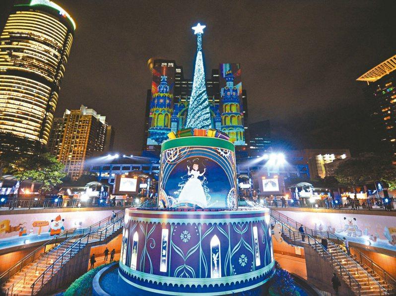 新北歡樂耶誕城今年跟迪士尼合作,並打造四大燈區,圖為市民廣場燈區。圖/新北市觀旅局提供