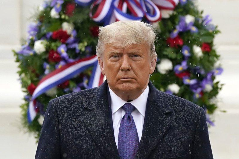 美國總統川普十一日在阿靈頓國家公墓出席退伍軍人節活動,是他確定敗選後首度公開露面。(美聯社)