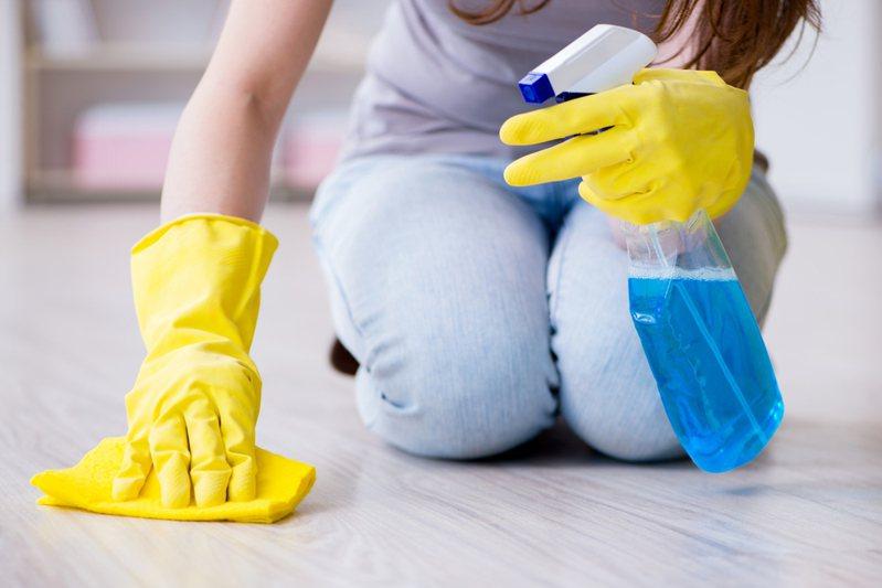 日本習慣跪在地板上清潔擦拭,這對台灣人來說是很不一樣的文化差異,就有網友對此感到好奇。 圖/ingimage