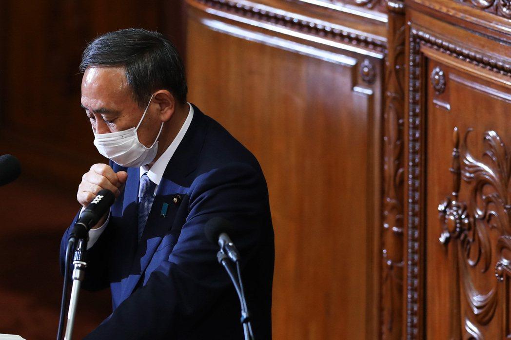 13日上午,菅義偉受訪時,說法和加藤勝信如出一轍:「提高最大現度的警戒,各地方政...