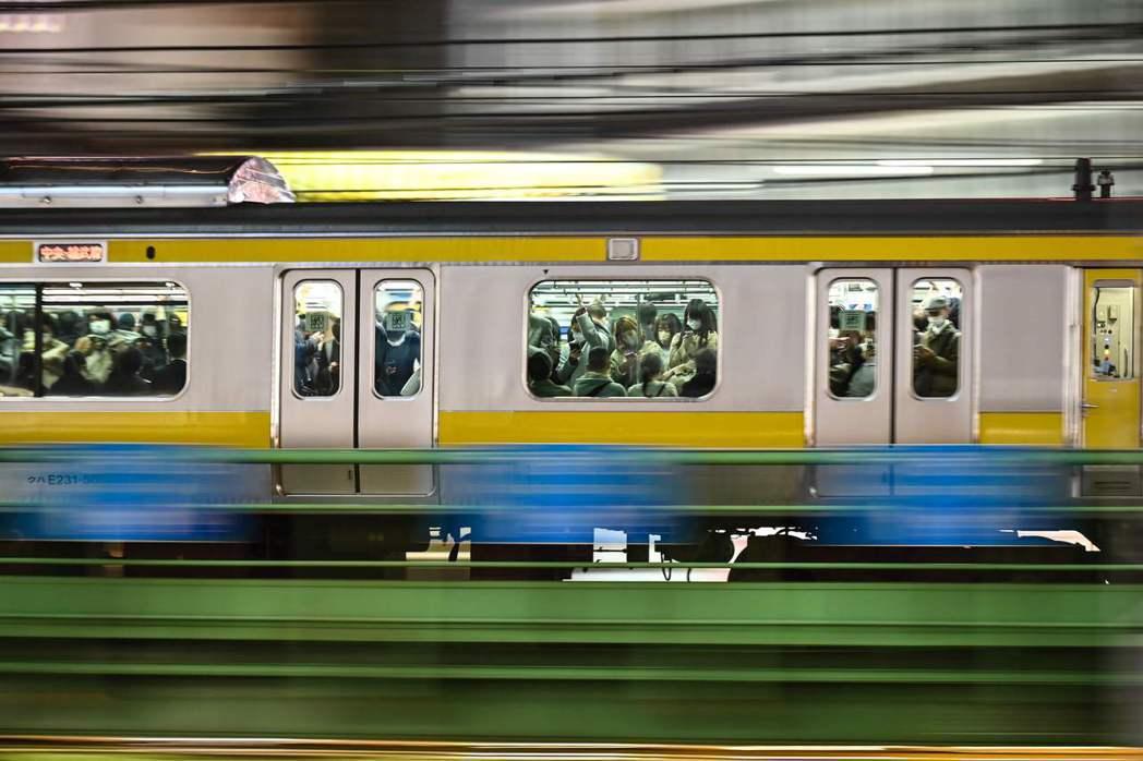 12日全國確診人數為1,661人,刷新目前單日確診人數最高紀錄。感染最多的是東京...
