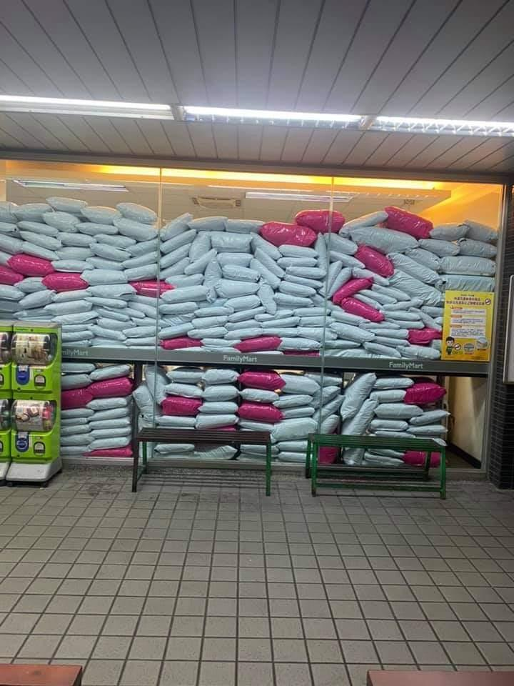 各地超商都被大量貨物塞滿,引發網友及店員議論。 圖擷自爆料公社