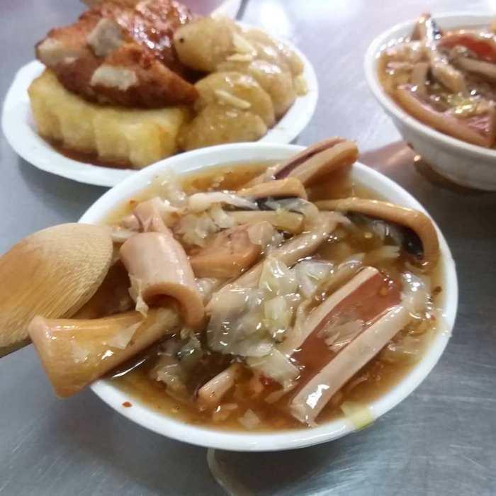 在府中捷運站出來的黃石市場內可是有間高人氣的生炒魷魚店。 圖/source by...