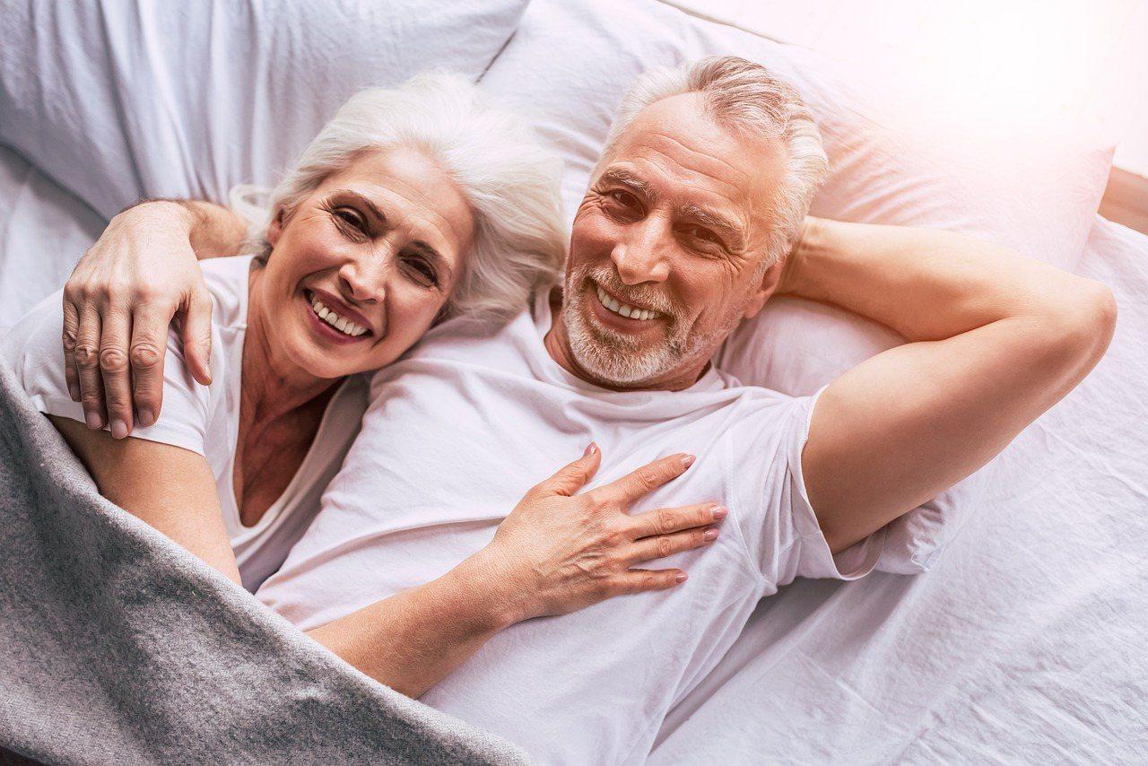 獨處和親密都有助增加幸福感,兩者在親密關係中都不可或缺,適度留白與各自安於獨處,...