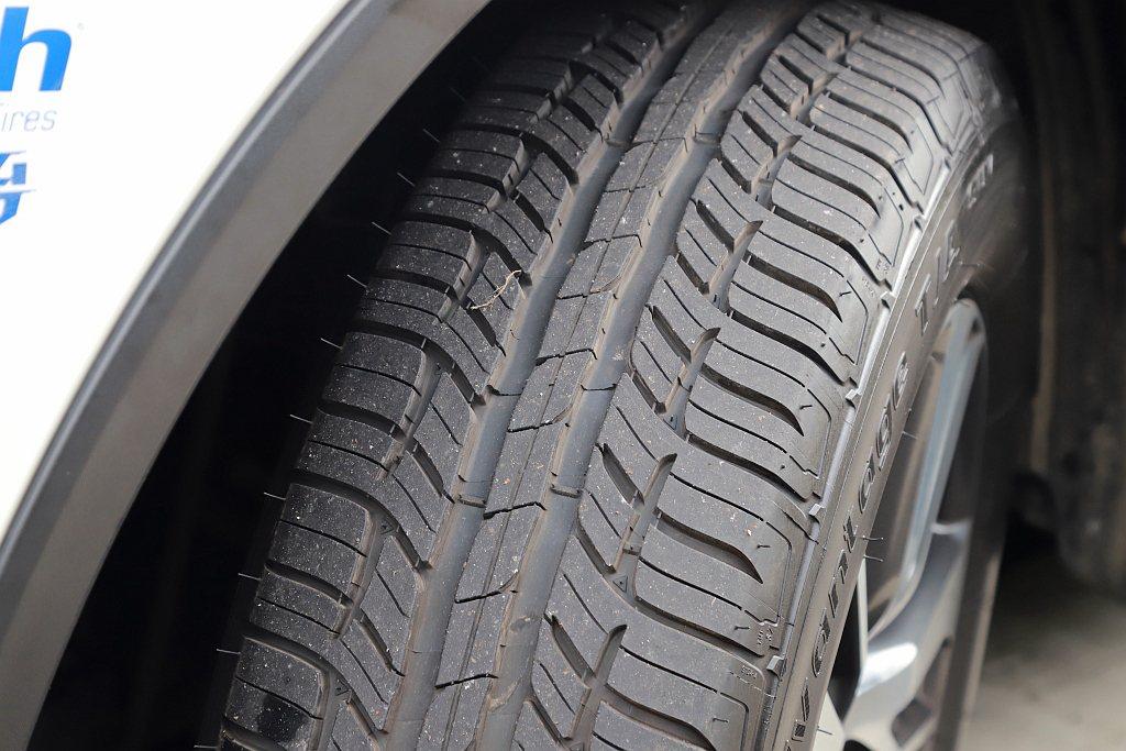 百路馳Advantage T/A SUV中央雙溝槽相當深,兩側刀鋒式的橫切紋路也...