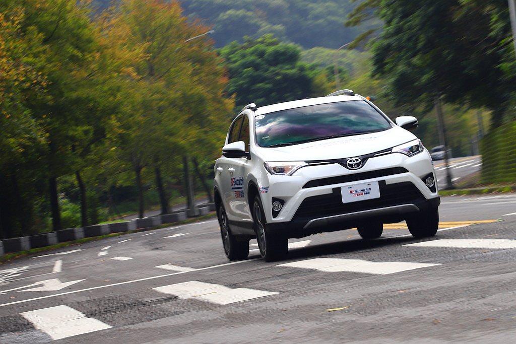 百路馳Advantage T/A SUV胎款讓車輛過彎時,方向盤的轉向力道更為強...
