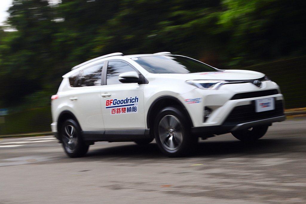 百路馳Advantage T/A SUV胎款快速過彎時胎壁的支撐性夠強韌,絕非是...