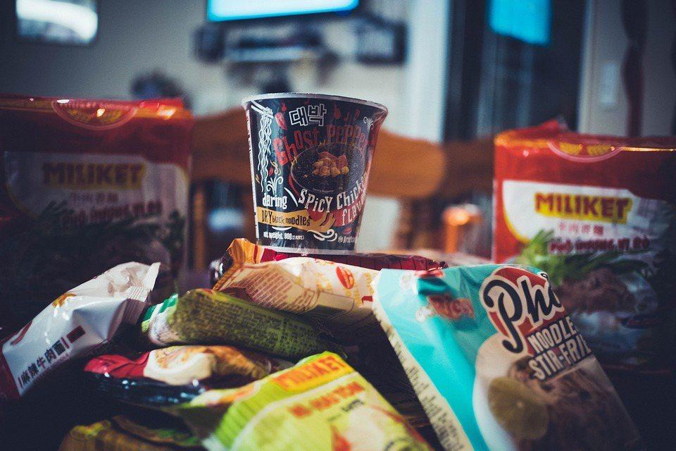 任何食物只要過量都不健康,而泡麵缺乏了六大營養素中的膳食纖維與蛋白質、維生素,如...