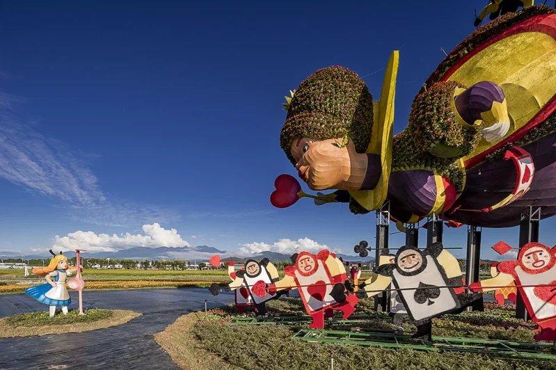 台中花毯節今年主題「愛麗絲的花境探險」,近25萬株花草打造大型迷宮,吸睛又饒富趣...