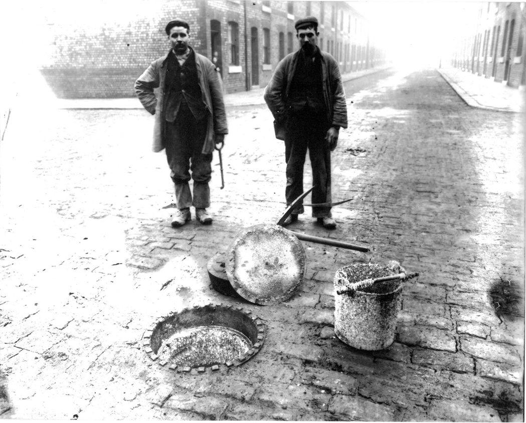 曼徹斯特的下水道工人,攝於1912年。 圖/臉譜出版提供