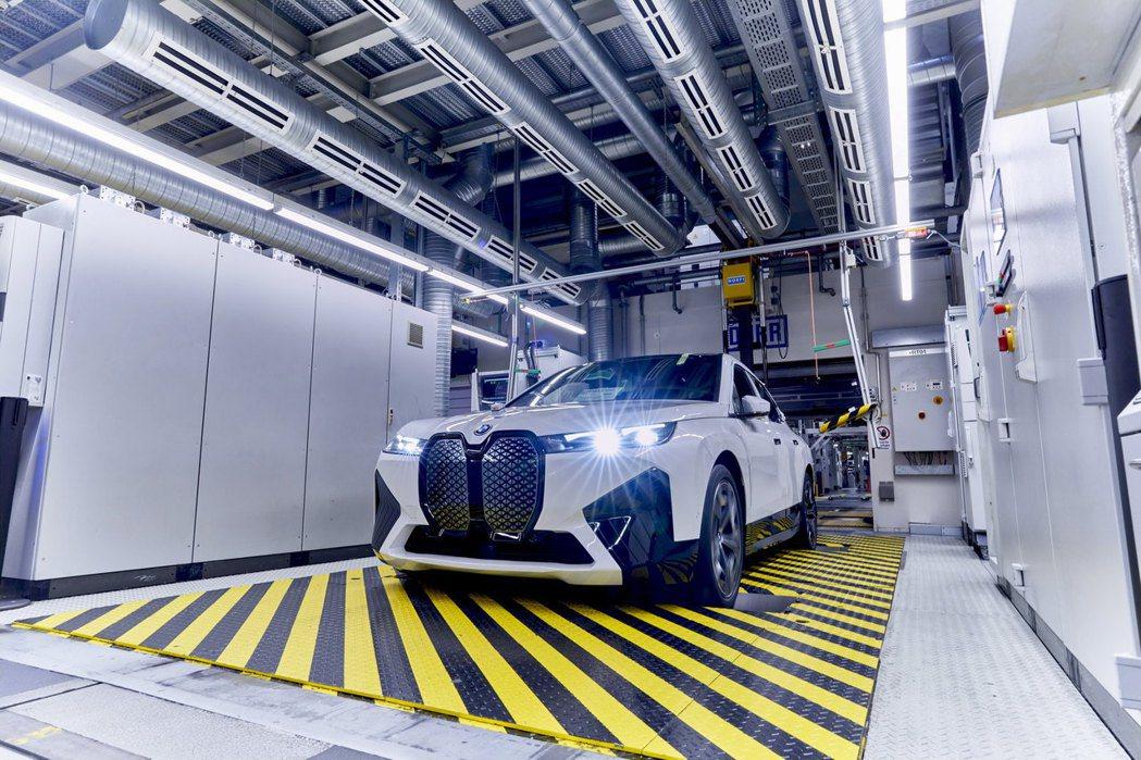 BMW iX要等到2021年下半年才會正式投產。 摘自BMW