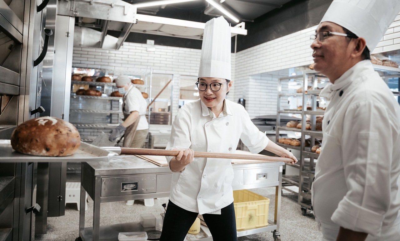 王文靜向世界冠軍吳寶春做麵包。 圖/王文靜提供
