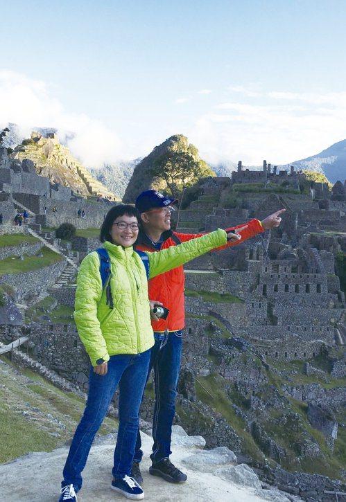 王文靜(左)在秘魯歷史古蹟的馬丘比丘看日出。 圖/王文靜提供