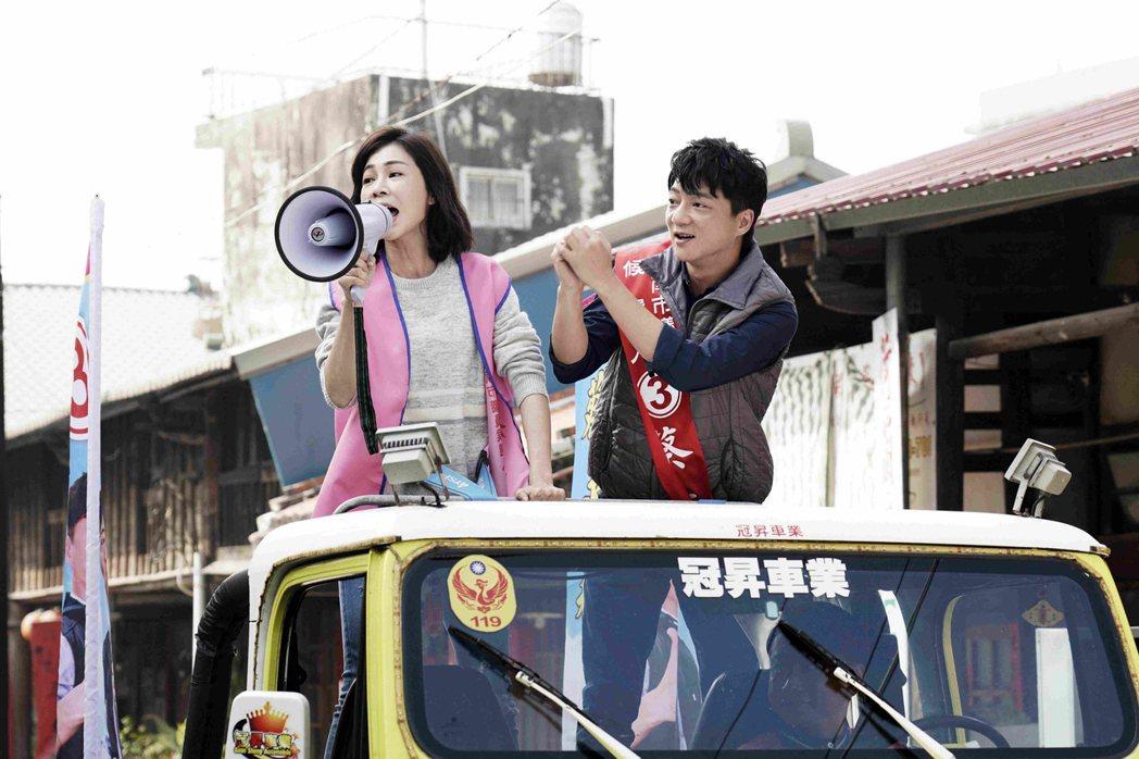 藍葦華(右)、謝盈萱在「俗女養成記」中飾演重逢的青梅竹馬彼此扶持。圖/公視提供